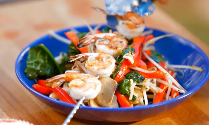 Brochettes de crevettes & sauté de légumes sur le BBQ