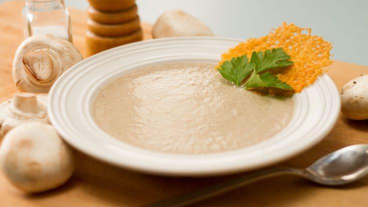 Crème de champignons et tuiles de parmesan
