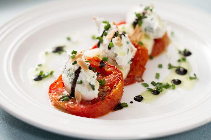 Tomates rôties & quenelles de chèvre et amandes à l'huile verte & balsamique