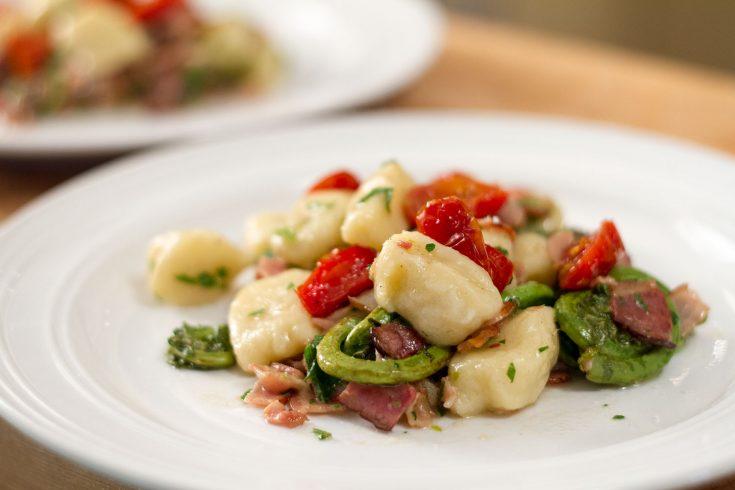 Gnocchis aux têtes de violon, tomates rôties et bacon